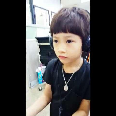 宝宝##韩国模特#这个漂亮的小男孩是谁呦?