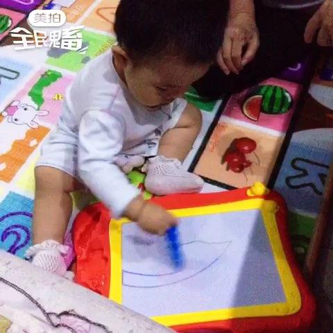 可爱小孩画画图片